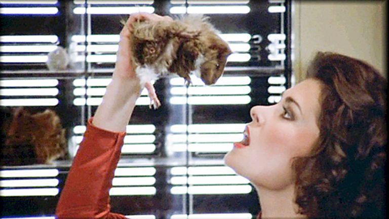 Diana comiéndose rata